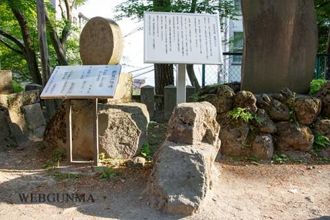 高山彦九郎腰掛の石と芭蕉句碑