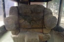 長持形石棺の小口石側