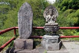 穴原薬師本堂脇の馬鳴菩薩と庚申塔
