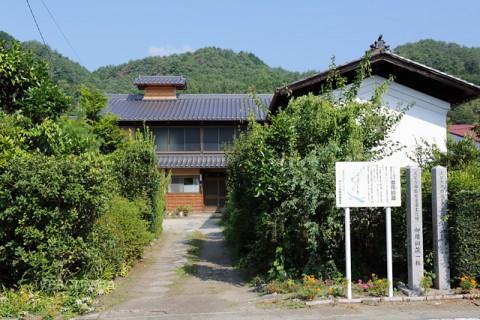 高草木家住宅主屋と御用銅蔵
