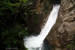 落差20mの稲荷滝