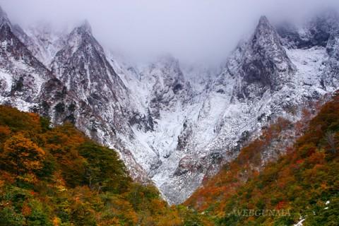 秋の谷川岳・一ノ倉沢出合から