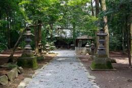 生品神社の参道から拝殿をのぞむ