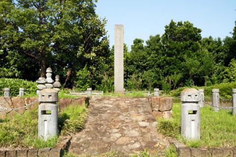 尚純萩公園として復元整備された岩松尚純夫婦の墓