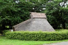 たちばなの郷公園の縄文時代の竪穴式住居「小室敷石住居跡」