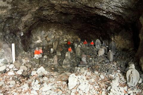 岩井堂奥の洞窟に安置された石仏