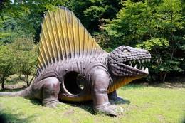 遊具の恐竜モニュメント