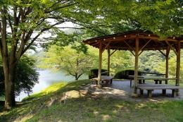 湖畔に建つ東屋