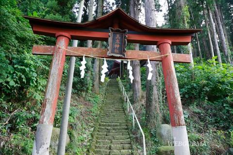 高太神社鳥居と参道の石段
